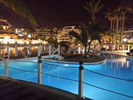 b_271_203_16777215_00_images_stories_Teneriffa-Sued_Playa-de-las-Americas_parque-santiago3_Pool-nachts3.jpg